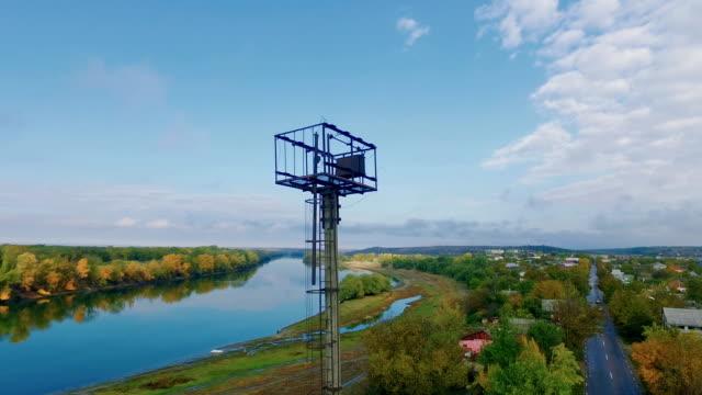 stockvideo's en b-roll-footage met panoramisch luchtfoto schieten van pittoreske rivierlandschap op herfstdag - keukentrap
