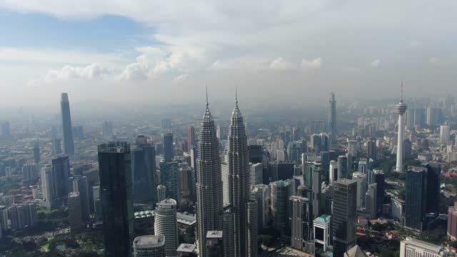 panoramic aerial shot of klcc and kl tower - メナラクアラルンプールタワー点の映像素材/bロール