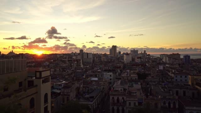 vidéos et rushes de vue aérienne panoramique de cuba au crépuscule - cuba
