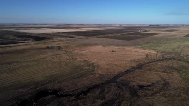 vidéos et rushes de vue aérienne panoramique des champs dans le dakota du nord au printemps. vidéo de drone avec le mouvement arrière de la caméra. - dakota du nord
