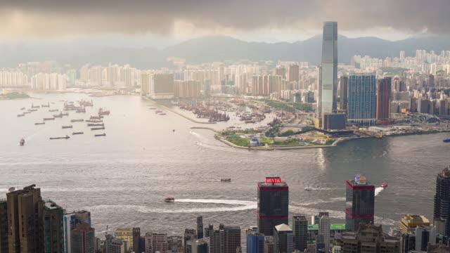 vídeos de stock, filmes e b-roll de timelapse panorâmico da vista aérea da paisagem da arquitectura da cidade de hong kong no por do sol o pico de victoria do lugar do turista do famaus em hong kong central - kowloon