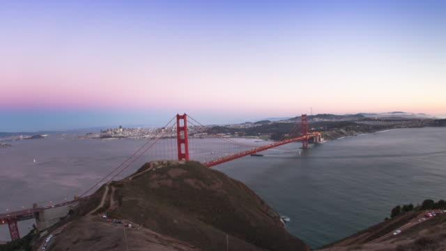 vídeos y material grabado en eventos de stock de vista panorámica del puente golden gate al atardecer. - bahía de san francisco
