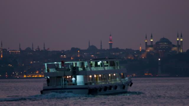 faszinierendes istanbul-szene - passagier wasserfahrzeug stock-videos und b-roll-filmmaterial
