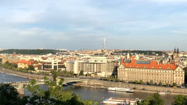4k panorama bewegung zeit verfallen prag skyine - tschechische kultur stock-videos und b-roll-filmmaterial