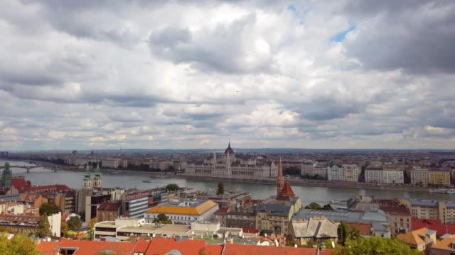 vidéos et rushes de panoramic du danube et du pont de chaîne à budapest en hongrie - culture de l'europe de l'est