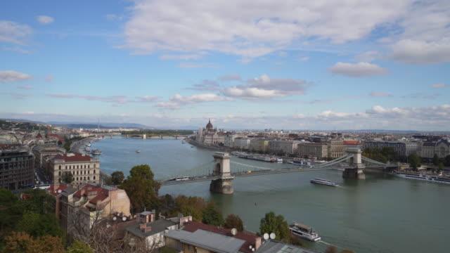 vidéos et rushes de panoramic du danube et du pont de chaîne dans le matin à budapest en hongrie - culture de l'europe de l'est