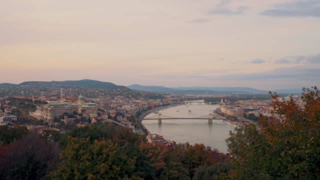 vídeos de stock e filmes b-roll de panoramic of danube river and chain bridge in morning in budapest in hungary - ponte das correntes ponte suspensa