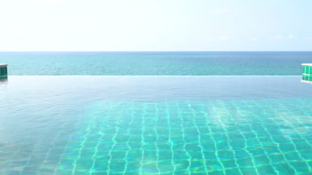 vidéos et rushes de vue panoramique sur la piscine et la mer - lockdown