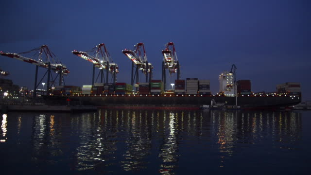 stockvideo's en b-roll-footage met panoramic of the port of long beach, california, at dusk. - long beach californië