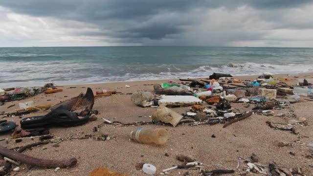 パノラマプラスチック汚染ビーチ環境災害 - 使い捨て製品点の映像素材/bロール