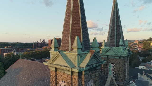 panoramic scenic view of bethlehem, pennsylvania, at sunset. st joseph's cr church. aerial drone video with the ascending camera motion. - bethlehem pennsylvania stock videos & royalty-free footage
