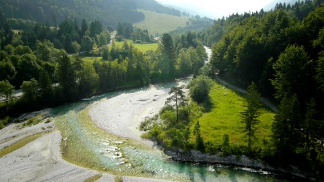 HD: Panoramica di colpo di un fiume