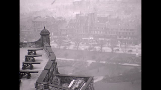 a panoramic shot of the city of edinburgh taken from the castle the shot starts with a view of the cannon and pans right over the city which is... - 1930 stock-videos und b-roll-filmmaterial