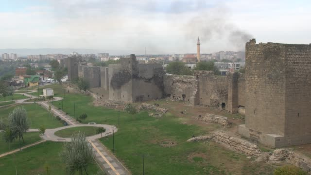 panoramic view from above of the diyarbakır fortress in diyarbakır, southeast turkey - surrounding wall stock-videos und b-roll-filmmaterial