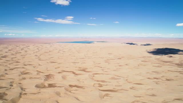 vidéos et rushes de panoramic view from above to the saline lake durgen nuur - désert de gobi