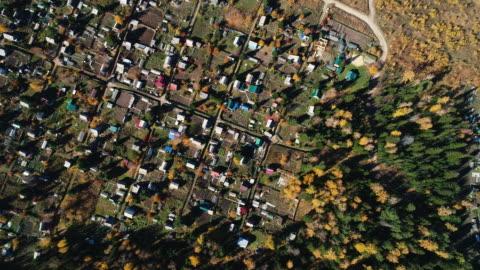 panoramic view from the height of the village in the autumn forest. - vid bildbanksvideor och videomaterial från bakom kulisserna
