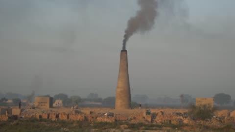 vídeos y material grabado en eventos de stock de panoramic view of a brick kiln factory in punjab, pakistan - ladrillo