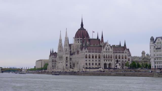 panoramablick von budapest von der donau - osteuropäische kultur stock-videos und b-roll-filmmaterial