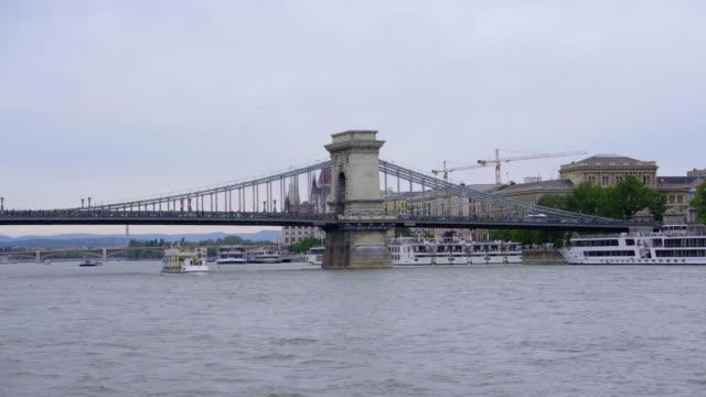 vídeos y material grabado en eventos de stock de vista panorámica de budapest desde el río danubio - cultura húngara