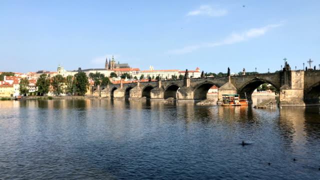 blick auf die karlsbrücke in prag - tschechische kultur stock-videos und b-roll-filmmaterial