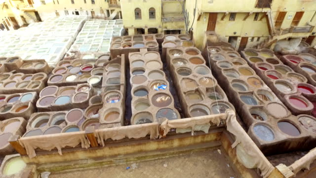 panoramablick auf chouara tannery in fes (fez) - marokko - pjphoto69 stock-videos und b-roll-filmmaterial