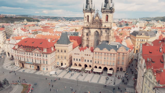 プラハの旧市庁舎タワーのテーン前の聖母教会のパノラマビュー - プラハ旧市庁舎点の映像素材/bロール