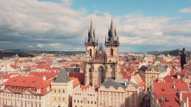 stockvideo's en b-roll-footage met panoramisch uitzicht op de onze-lieve-vrouwekerk vóór týn in de oude stadhuistoren in praag - praag oudestadsplein
