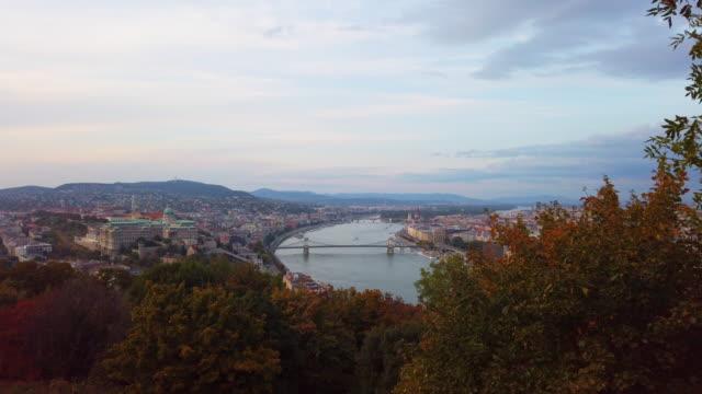vidéos et rushes de vue panoramique du danube et du pont de chaîne au coucher du soleil à budapest en hongrie - culture de l'europe de l'est