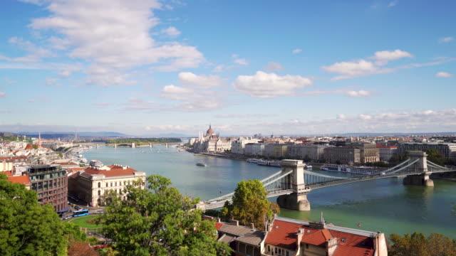 vidéos et rushes de vue panoramique du danube et du pont de chaîne dans le matin à budapest en hongrie - culture de l'europe de l'est