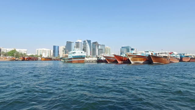 vídeos de stock e filmes b-roll de panoramic view of dubai from the creek river - pjphoto69