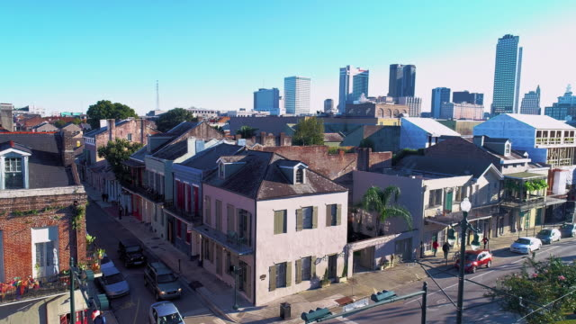 vídeos de stock e filmes b-roll de panoramic view of new orleans downtown financial district over the french quarter at evening.  aerial drone video with the forward camera motion. - nova orleães
