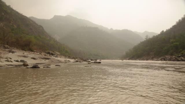 vídeos de stock, filmes e b-roll de panoramic view of river passing through mountains, ganges river, rishikesh, uttarakhand, india - rishikesh