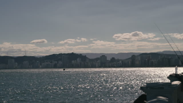 vidéos et rushes de panoramic view of the city of santos with mountains on the background ( serra do mar) and the sea - mar