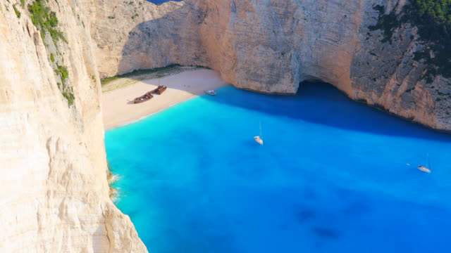 vidéos et rushes de panoramic view of the famous shipwreck beach from elevated viewpoint in greece. - vertige