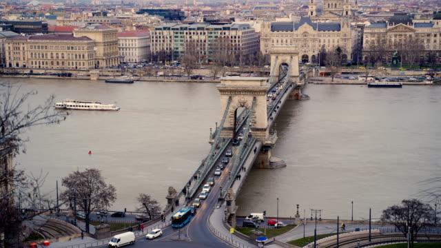 vídeos de stock e filmes b-roll de panoramic view of the most beautiful bridge on danube,chain bridge in budapest - ponte széchenyi lánchíd