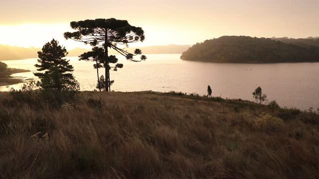 vídeos de stock, filmes e b-roll de vista panorâmica da montanha ao pôr do sol - o anoitecer