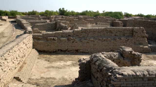 vidéos et rushes de panoramic view of the ruins of ancient mohenjo daro in pakistan - civilisation ancienne