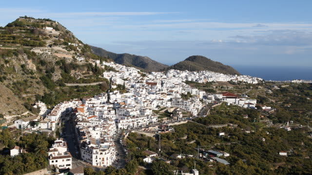 vidéos et rushes de panoramic view of the small andalusian town frigiliana on a sunny day which has received numerous awards for its beauty in the background the alboran... - roche