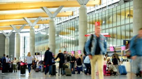 vídeos de stock, filmes e b-roll de vista panorâmica da multidão viajante no aeroporto verificar no contador hall - aeroporto gardermoen de oslo