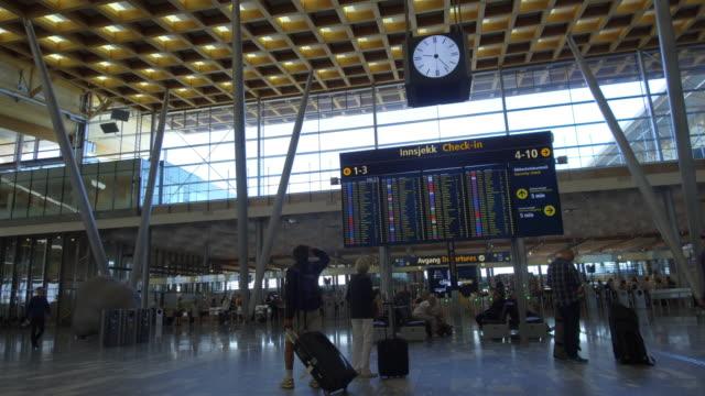 vídeos de stock, filmes e b-roll de panoramic view of traveler crowd at airport check in counter hall - aeroporto gardermoen de oslo