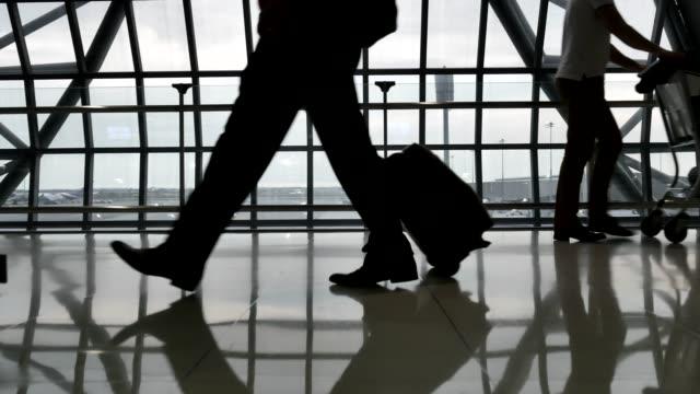 stockvideo's en b-roll-footage met panoramisch uitzicht op de reiziger menigte op de luchthaven terminal - capital cities