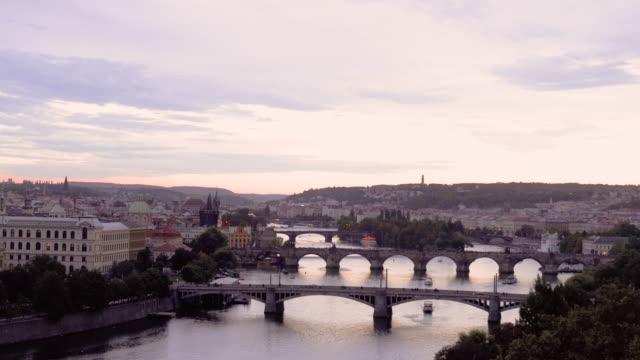 vídeos de stock, filmes e b-roll de vista panorâmico do rio de vltava e da ponte de charles do parque de letna em praga em república checa - mala strana