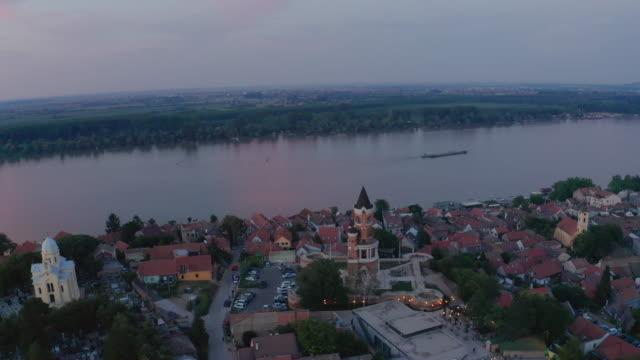 vídeos y material grabado en eventos de stock de vista panorámica de zemun, desde la torre del milenio de gardos por la noche - vista de población