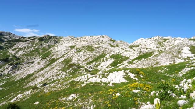 stockvideo's en b-roll-footage met panoramisch uitzicht op bergen in triglav nationaal park, mt. komna - julian alps