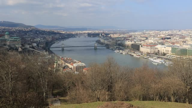 panoramic view over the szecheni lanchid suspension bridge ( chain bridge ), river danube and buda & pest cities, budapest city, hungary. - chain bridge suspension bridge stock-videos und b-roll-filmmaterial