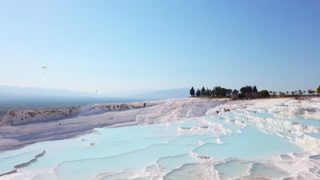 vidéos et rushes de piscines panoramiques de travertin de vue à pamukkale - turc
