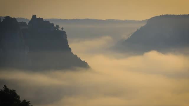Panormaic uitzicht op de Donau-vallei op een mistige ochtend