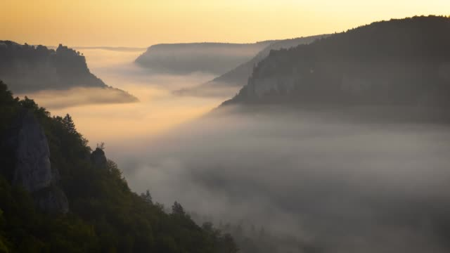 vídeos de stock e filmes b-roll de panormaic view of the danube valley on a misty morning - vale