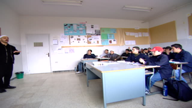 pan-right from druze sheikh teacher lecturing to teenage students. irfan is a druze religious school with five branches across lebanon that operate... - シャイフ点の映像素材/bロール