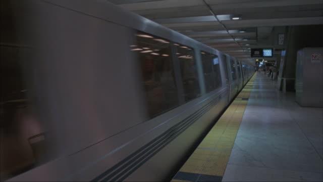 vídeos y material grabado en eventos de stock de pan-right shot of an empty subway station after the train pulls out. - bart